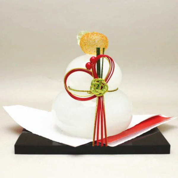お正月のお飾りにガラス製の鏡餅